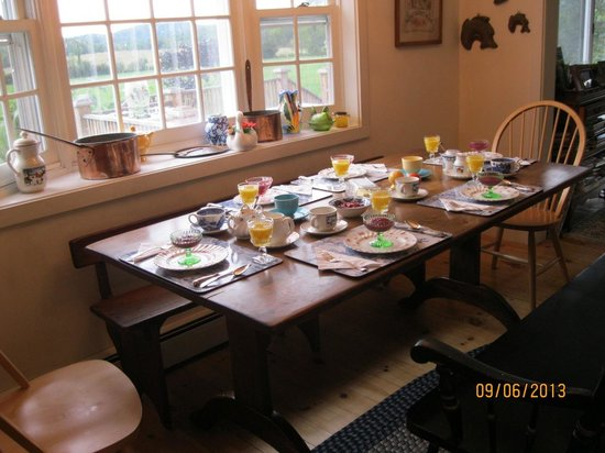 Quiet Valley Bed and Breakfast: Healthy, organic breakfast with a view of the mountains