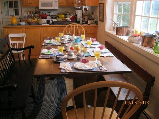 Quiet Valley Bed and Breakfast: Comfortable kitchen + delicious breakfast + great views