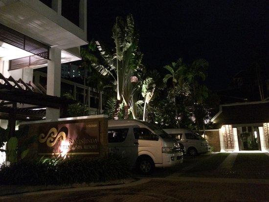 RarinJinda Wellness Spa Resort: Entrance night view