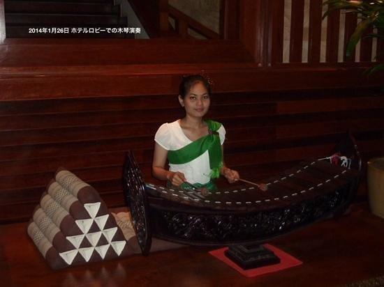 Angkor Miracle Resort & Spa: ホテルロビーでの木琴演奏