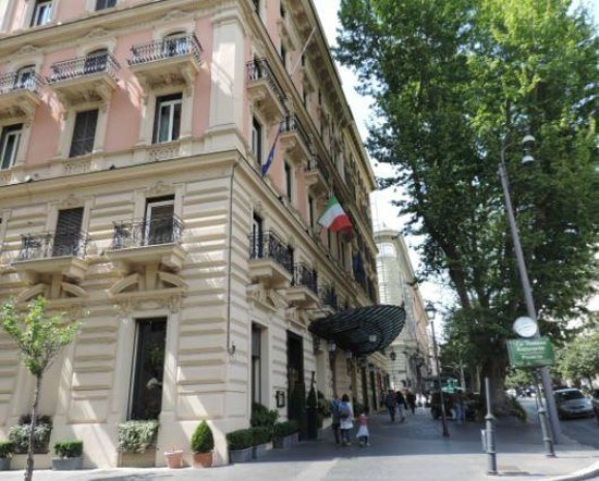 Baglioni Hotel Regina: Prime position on Via Venuto
