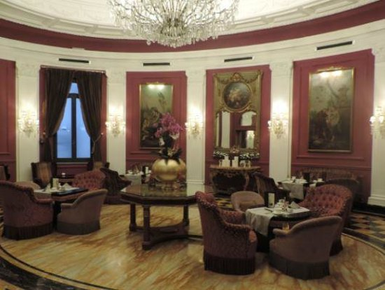 Baglioni Hotel Regina: Gracious breakfast setting