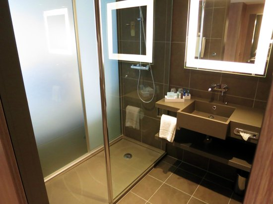 Novotel London Blackfriars: Walk in shower is always preferable to a shower/bath
