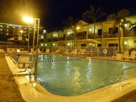 Comfort Inn & Suites Port Canaveral Area: We love the Pool and courtyard area
