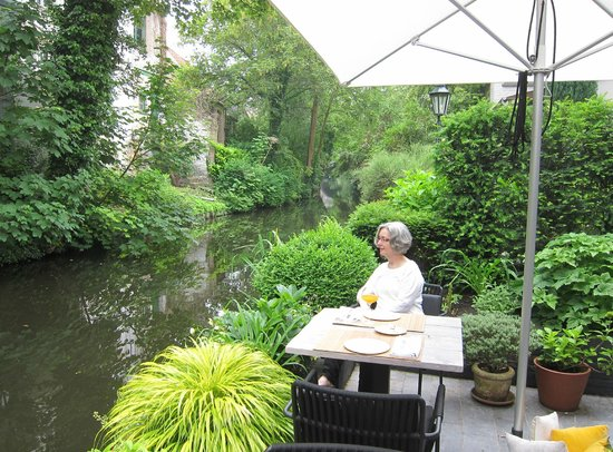 Huis Koning: at breakfast by the river