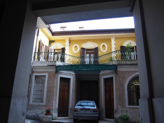 B&B 2 Terrazze: view from building entrance up to one of the terraces