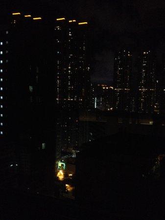 Rosedale Hotel Kowloon : Pemandangan dari kamar di waktu malam
