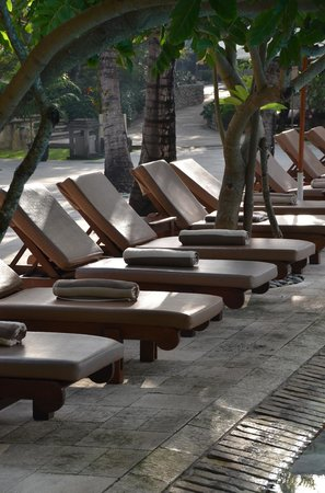 Padma Resort Legian: Tons of lounge area surrounding the large pool