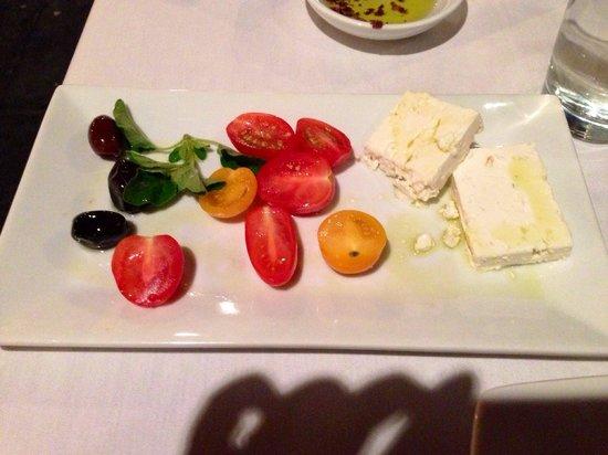 Agora: Feta con pomodorini e olive nere