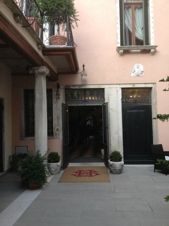 Hotel Sant'Antonin: Front courtyard entrance