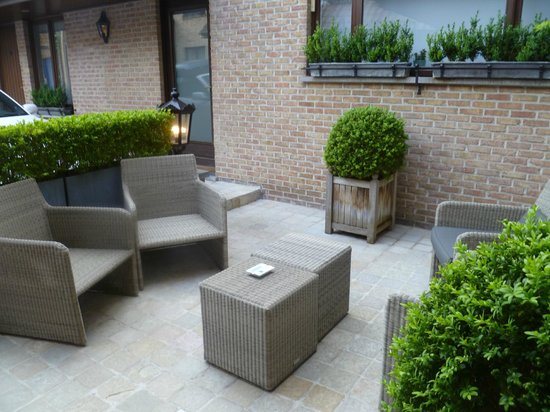Hotel Prinsenhof Bruges : Outside seating area, near the outside rooms