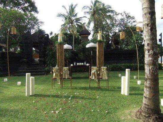 Nusa Dua Beach Hotel & Spa: Traditional wedding set up