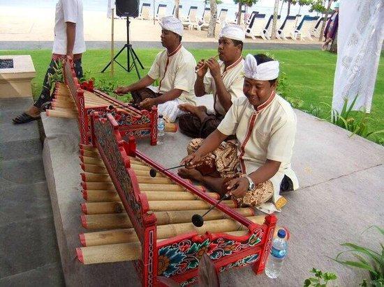 Nusa Dua Beach Hotel & Spa: Balinese music performers at wedding