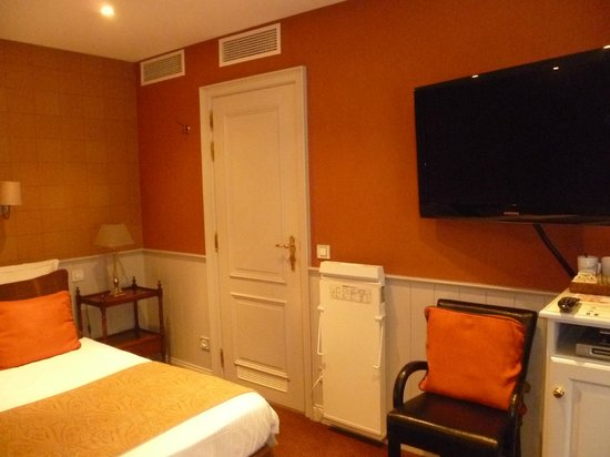 Hotel Prinsenhof Bruges: View of the bathroom door from the front door