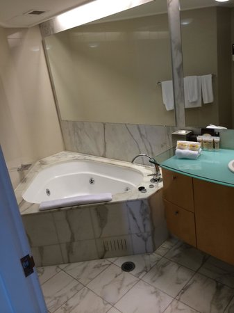 Pullman Quay Grand Sydney Harbour: Good size bathroom with bath and shower.