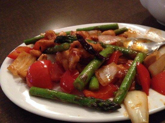 Salween Restaurant: Cashew chicken with asparagus