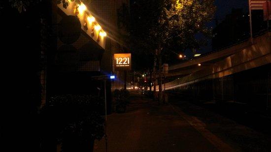 1221 CanGuan : 延安高架路沿い看板