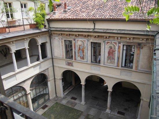 B&B Via Stampatori: View down into courtyard