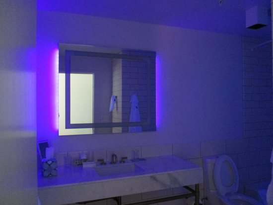 21c Museum Hotel Bentonville: ultra violet night light