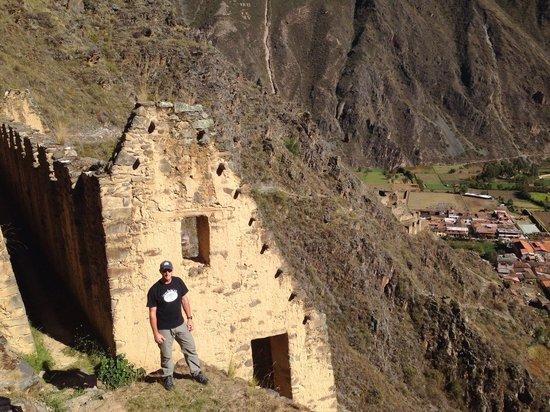 Pinkuylluna Mountain Granaries: Great view of Ollantaytambo!