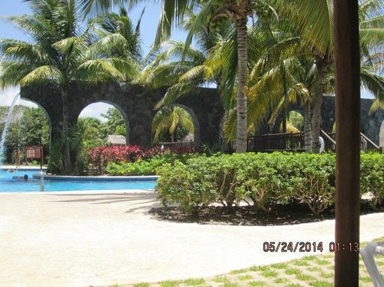 Valentin Imperial Riviera Maya: Another view of the pool