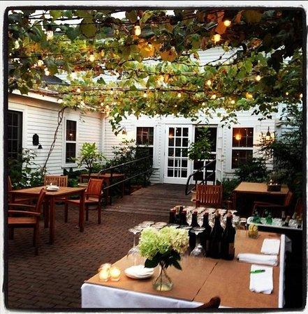 Winslow's Tavern: courtyard