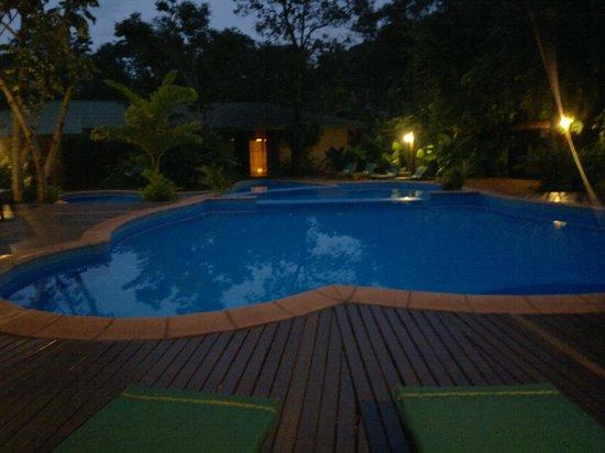 La Aldea de la Selva Lodge : piscina nocturna