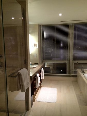 Langham Place, New York: bathroom