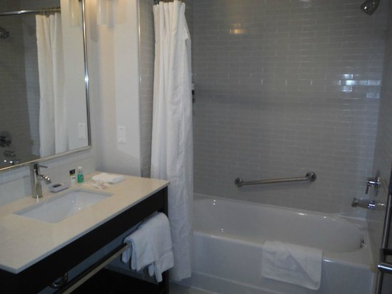Four Points by Sheraton Edmonton Gateway : Nice subway tile in tub area and the floor