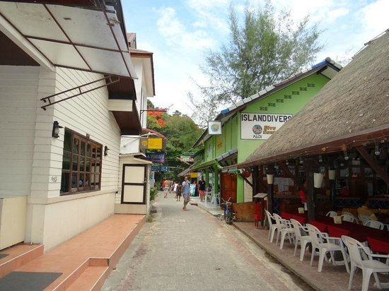 Zeavola Resort : Touristy side with many restaurants and shopping