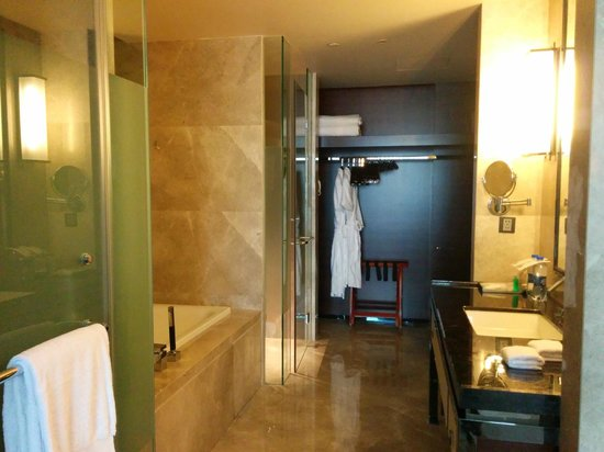 The Westin Pazhou : Spacious bathroom