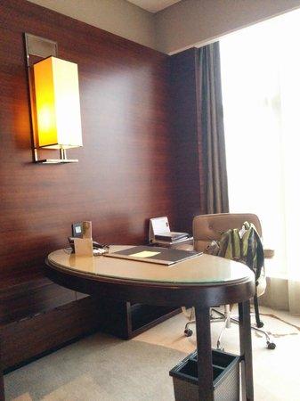 The Westin Pazhou: Writing table