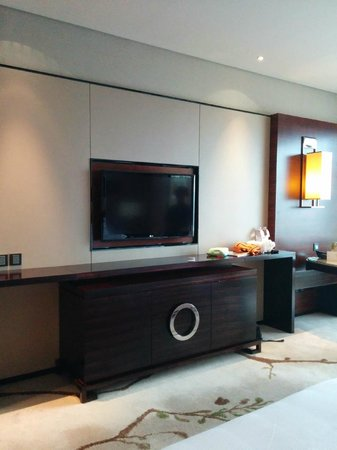 The Westin Pazhou: TV and mini bar