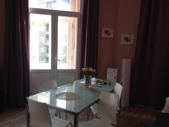 Royal Court Apartments : стол обеденный