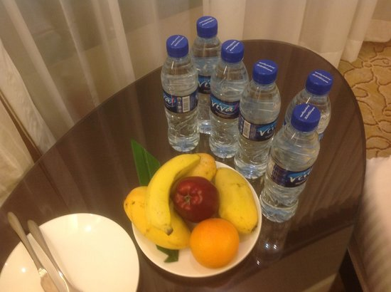 Edsa Shangri-La: Welcome fruit plate, we requested for more mangoes in place of the other fruits..