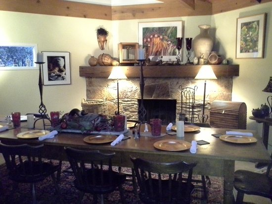 Sequoia River Dance B&B: large dining area