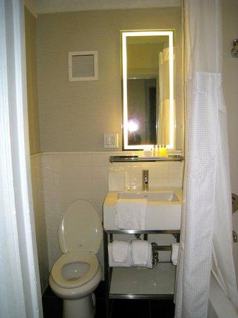 Ordinaire Row NYC Hotel: Bathroom Ok But No Fan!
