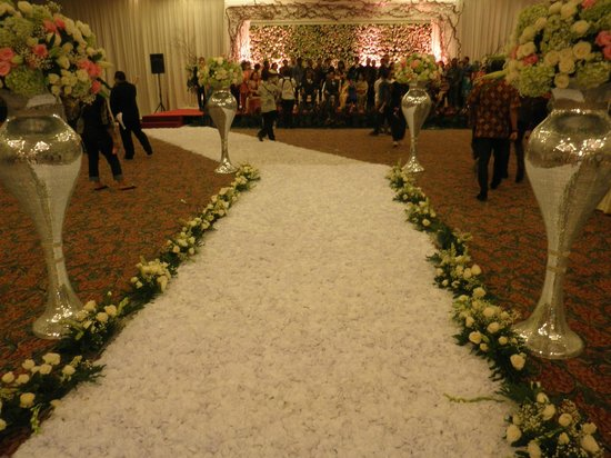 Kartika Chandra Hotel: Path of flowers down the aisle
