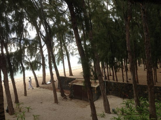 Hilton Mauritius Resort & Spa : VIEW FROM BALCONY OF PUBLIC BEACH