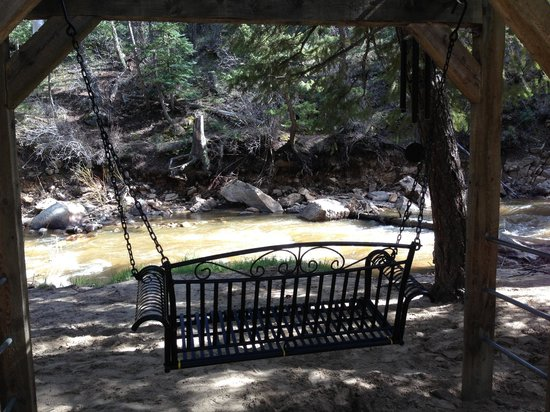 StoneBrook Resort: Loved sitting on the swinging bench right outside our room, watching the beautiful Fall River! :