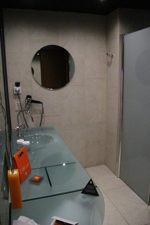 Barcelona Princess: Salle de bains, vasque et miroir latéral