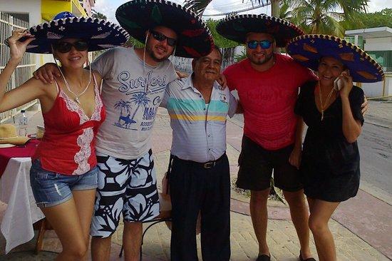 Moises y los clientes saliendo muy felices de Costa Brava