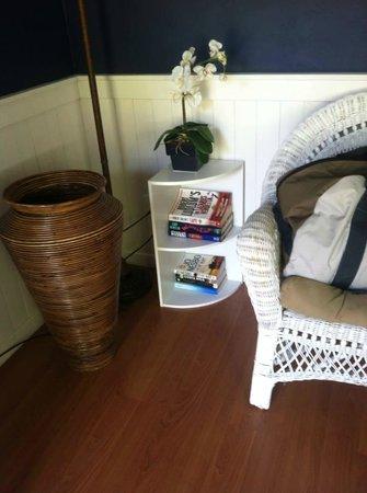 Islander Inn : Books in seating area