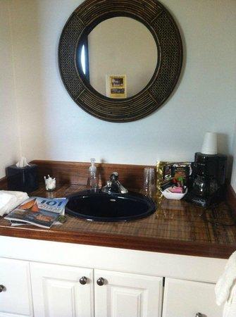 Islander Inn : Sink/Vanity Area