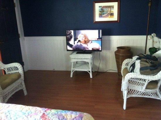Islander Inn : TV/seating area