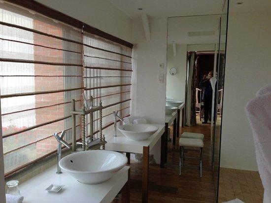 Royal Champagne : Spacious bathroom with bath