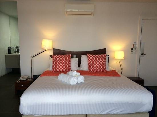 Bay Breeze Boutique Motel : king size bed in the premium waterfront room