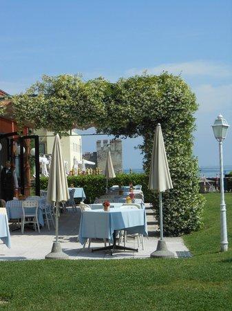 Hotel Fonte Boiola : esterno ristorante con vista torre castello