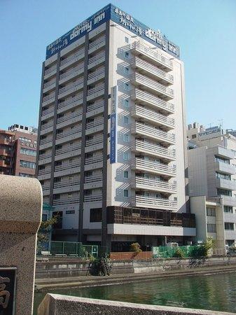 Dormy Inn Tokyo Hatchobori: 地下鉄駅付近からの外観です。