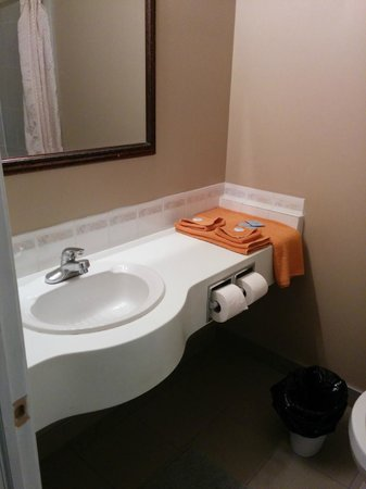 Bonnyville Hotel: Bathroom